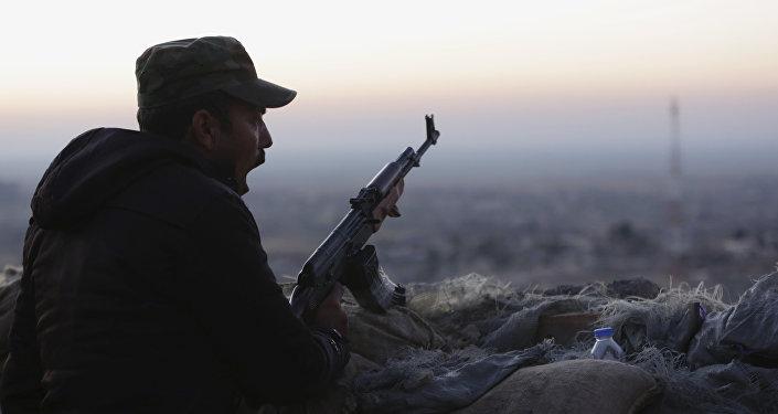 Membro das milícias curdas perto de Sinjar, 13 de novembro 2015