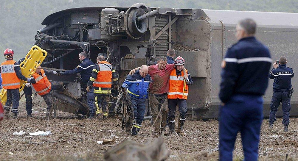 Equipes de resgate carregam uma vítima dos destroços do trem TGV teste que descarrilou e caiu em um canal fora Eckwersheim perto de Estrasburgo, leste da França, 14 de novembro de 2015