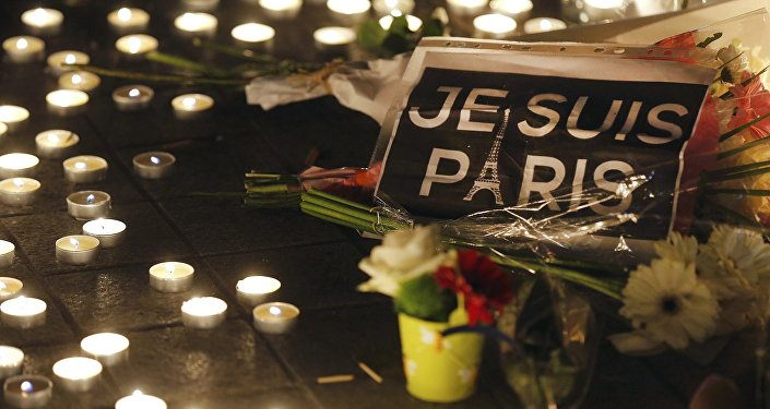 Flores e velas no local de um atentado em Paris