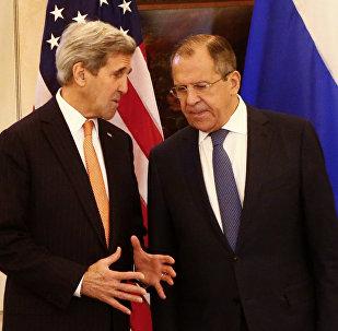 Sergei Lavrov e John Kerry conversam em Viena