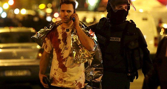 Um jovem sai da sala de concertos Bataclan após atentado em Paris, na noite de 13 para 14 de novembro