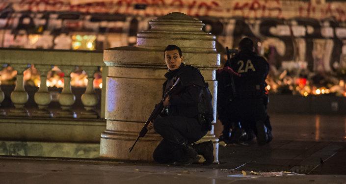 Policiais franceses na praça da República em Paris