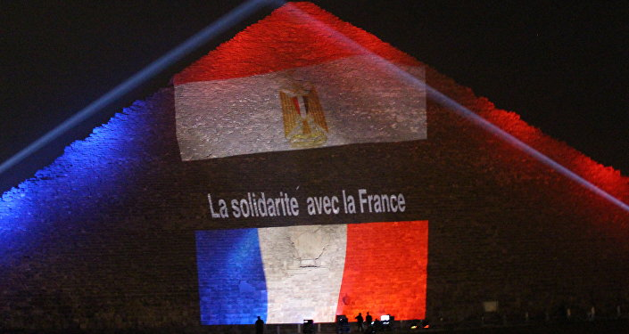 Bandeira da França é projetada sobre pirâmide de Quéps, no Egito, em solidariedade às vítimas dos atentados terroristas em Paris