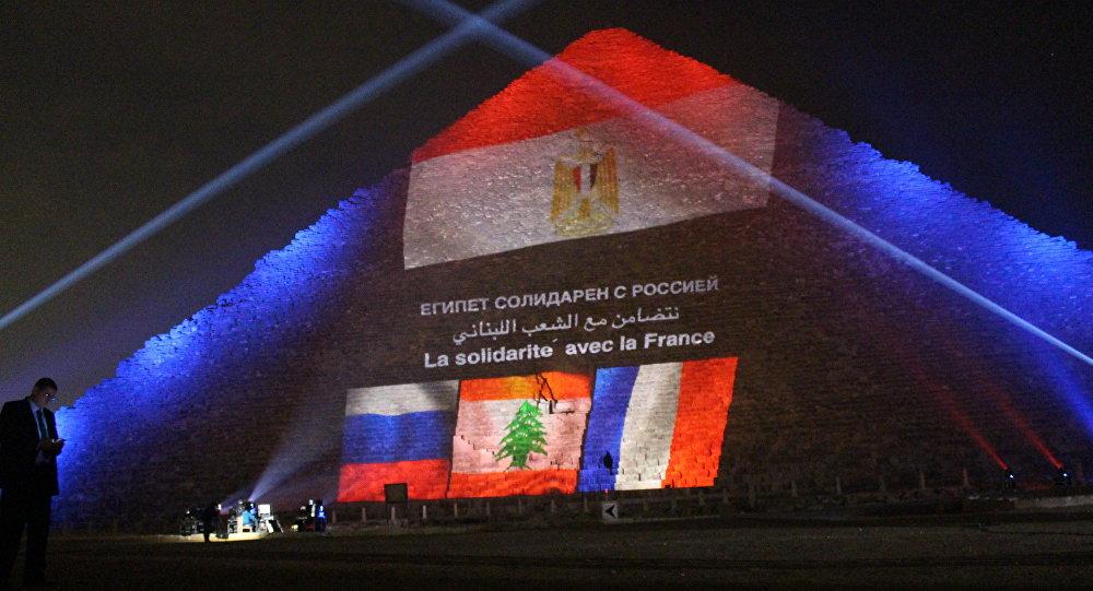 Bandeiras da Rússia, França e Egito são projetadas sobre pirâmide de Quéps
