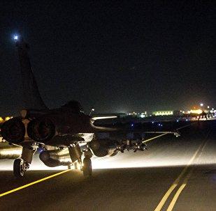 Caça francês se prepara para decolar em local não revelado, em 15 de novembro de 2015