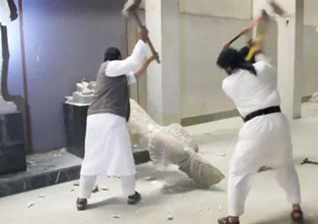 Militantes Estado Islâmico destroem artefatos em museu de Mosul