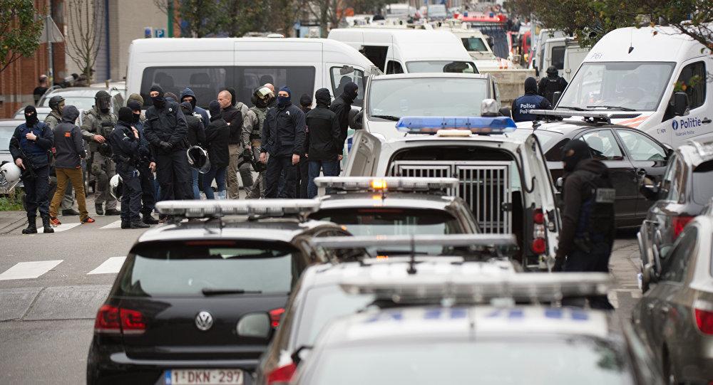 Forças de segurança durante operações no bairro de Molenbeek em Bruxelas, 16 de novembro de 2015