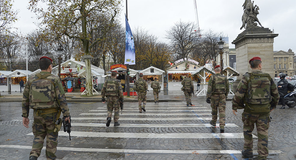 Policiais franceses patrulham centro de Paris em 19 de novembro