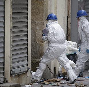 Peritos da polícia francesa no subúrbio Saint-Dénis