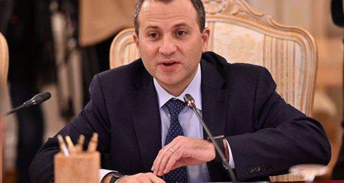 Primeiro-ministro libanês acolhido em França