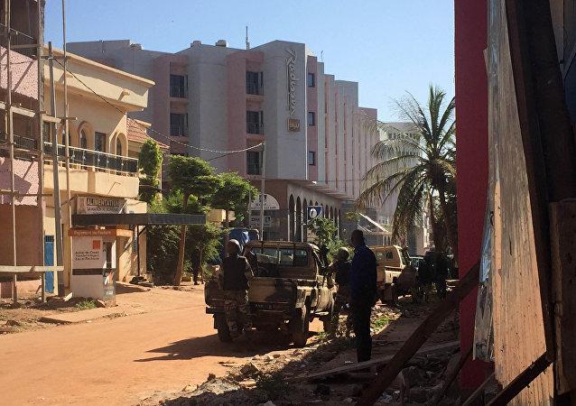 Forças de segurança do Mali tomam posições fora do hotel Radisson Blu em Bamako, Mali, 20 de novembro de 2015
