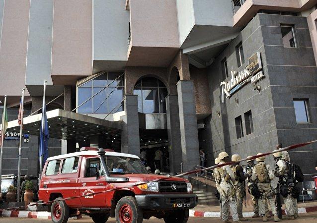 Forças de segurança realizam buscas no hotel Radisson Blu, em Bamako