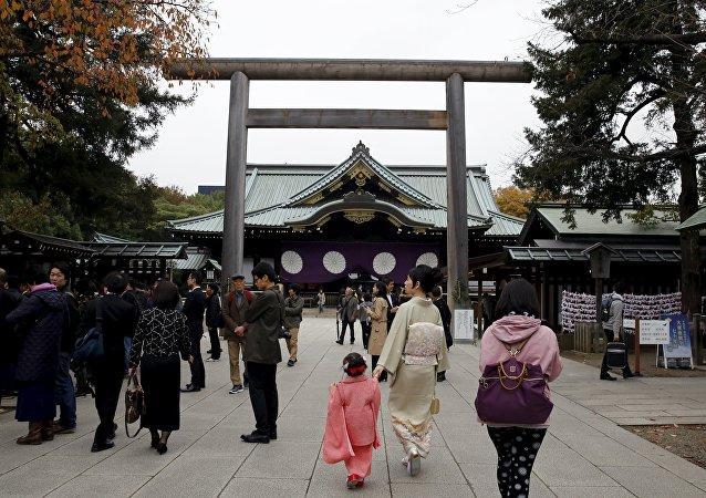 As pessoas andam perto do santuário, depois de uma explosão no recinto do santuário Yasukuni, em Tóquio, Japão, 23 de novembro de 2015