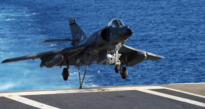 Avião de ataque francês Dassault-Breguet Super Étendard aterrissa no convés do porta-aviões Charles de Gaulle no Mediterrâneo