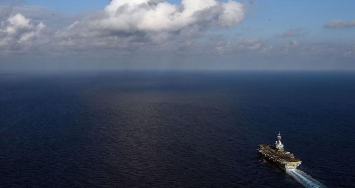 O porta-aviões francês Charles de Gaulle no Mar Mediterrâneo