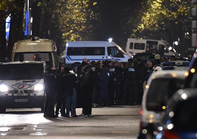 Polícia faz cordão de isolamento em Roubaix após tomada de reféns