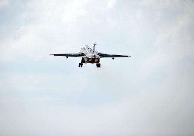 Bombardeiro russo Su-24 decola da base aérea de Hmeymim, na Síria
