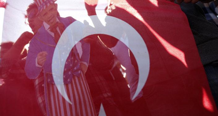 Banderia da Turquia vista durante protestos em Antália. 15 de novembro, 2015.