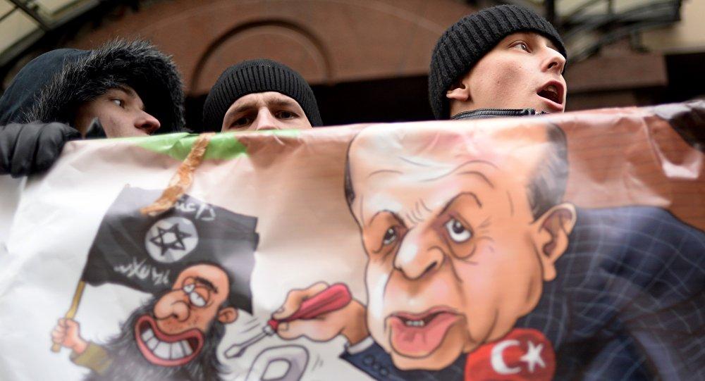 Participantes do protesto após o abate do Su-24 empunham um cartaz em frente do edifício da embaixada da Turquia em Moscou, 25 de novembro de 2015