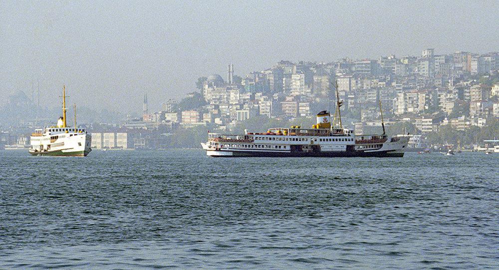 Vista pelos estreitos do mar Negro Bósforo e Dardanelos em Istambul, Turquia