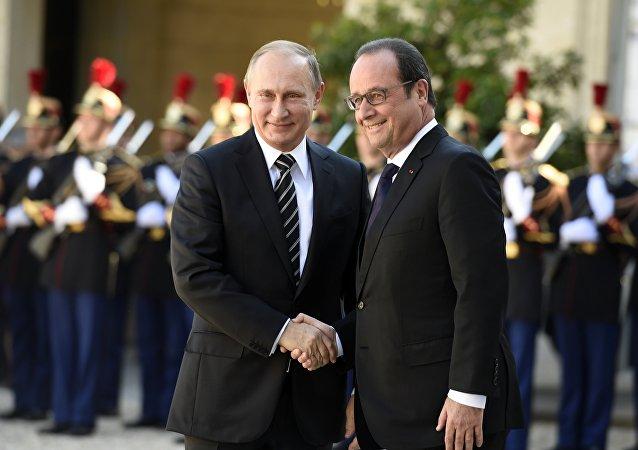 O presidente russo, Vladimir Putin, e o presidente francês, François Hollande