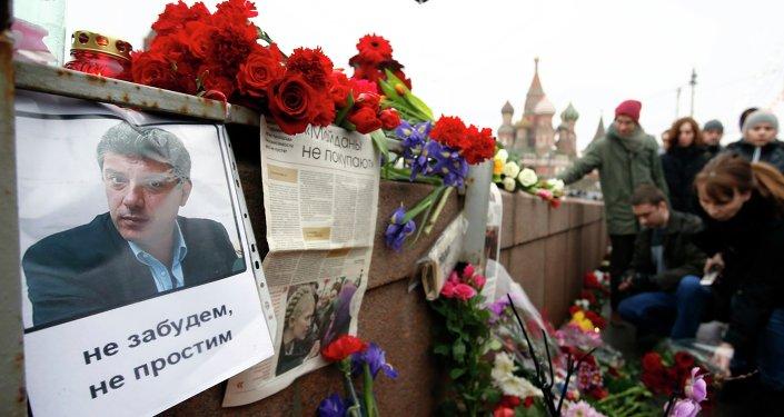 Pessoas levam flores ao local de assassinato de Boris Nemtsov, em Moscou
