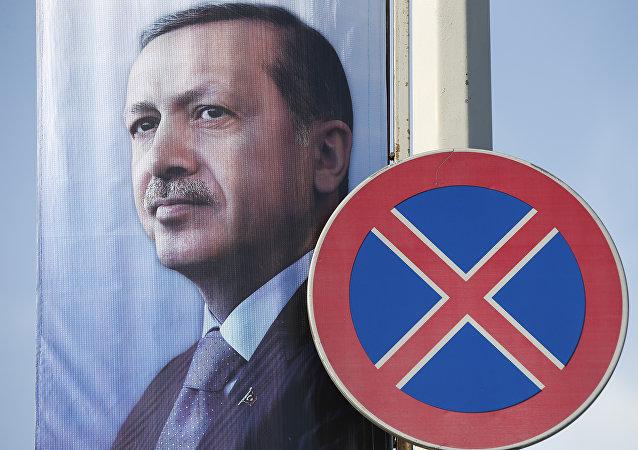 Um cartaz com uma imagem do presidente da Turquia, Recep Tayyip Erdogan, apresentado em Istambul, Turquia