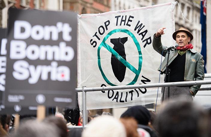 Ator britânico Mark Rylance em manifestação contra o envolvimento do país nos ataques aéreos ao EI na Síria - protesto realizado em frente à residência do premiê britânico David Cameron em 28 de novembro de 2015