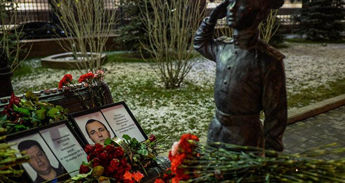 Retratos de tenente coronel Oleg Peshkov e mariner Alexander Pozynich, que foram mortos na Síria