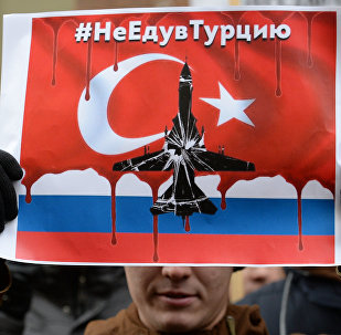 Participante do protesto contra as ações turcas em frente da embaixada russa em Moscou empunha o cartaz com a inscrição Náo vou à Turquia