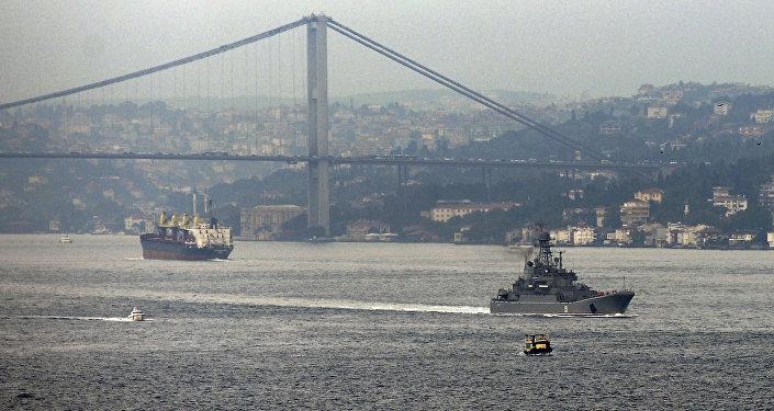 Navio militar russo passa pelo esterito do mar Negro do Bósforo em direção do mar Mediterrâneo, 6 de outubro de 2015