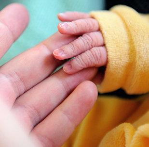 Uma criança recém-nascida