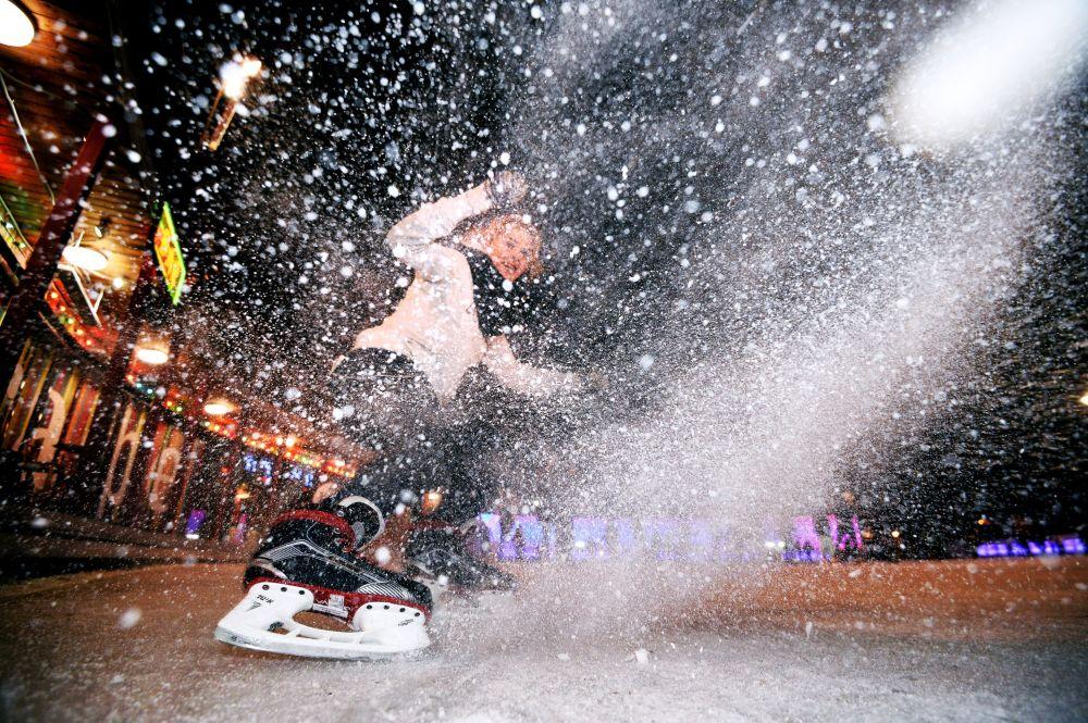Uma visitante na pista Gelo no parque Sokolniki em Moscou
