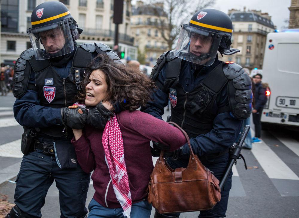Polícia detêm uma participante das ações de protesto ambientais em Paris