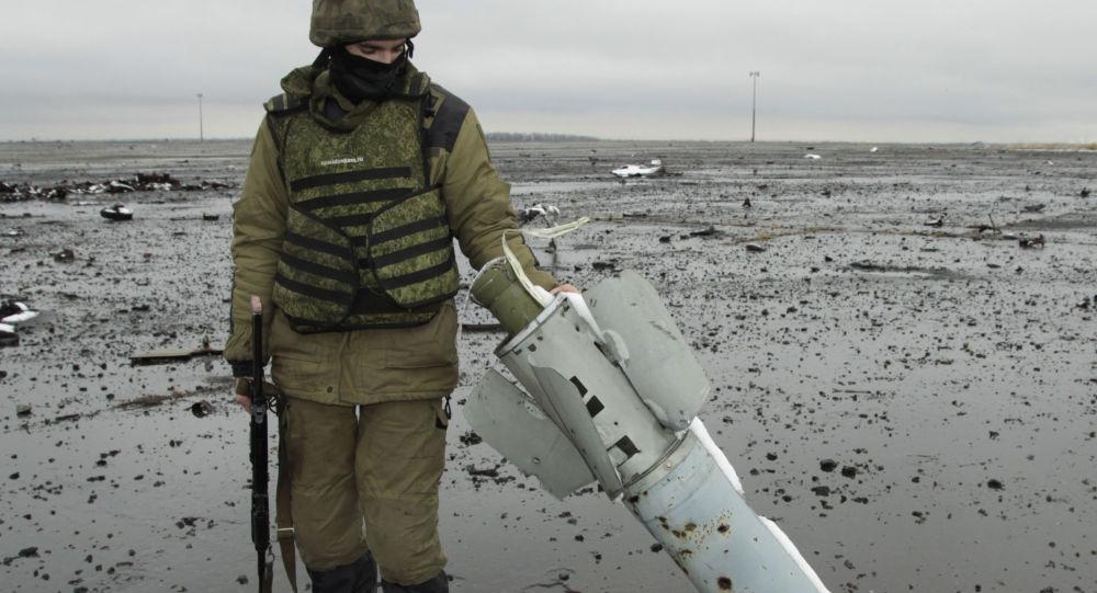 Miliciano da República Popular de Donetsk no território do aeroporto de Donetsk