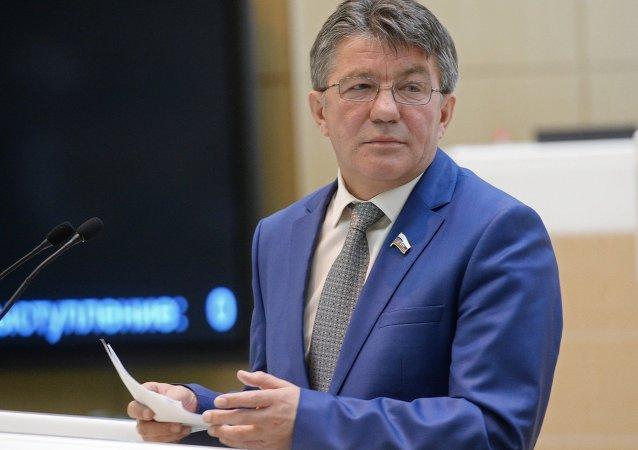 Viktor Ozerov, presidente do Comitê de Defesa e Segurança do Conselho da Federação (câmara alta do parlamento russo).
