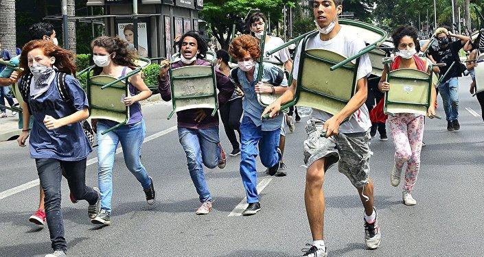 Estudantes são reprimidos pela PM em protesto contra a reorganização do ensino paulista