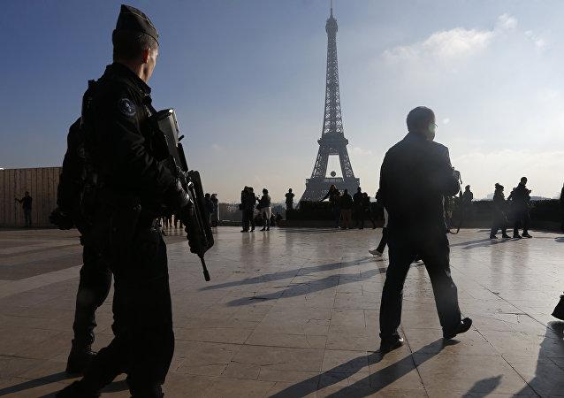 Polícia francesa patrulha Paris em 23 de novembro, 2015