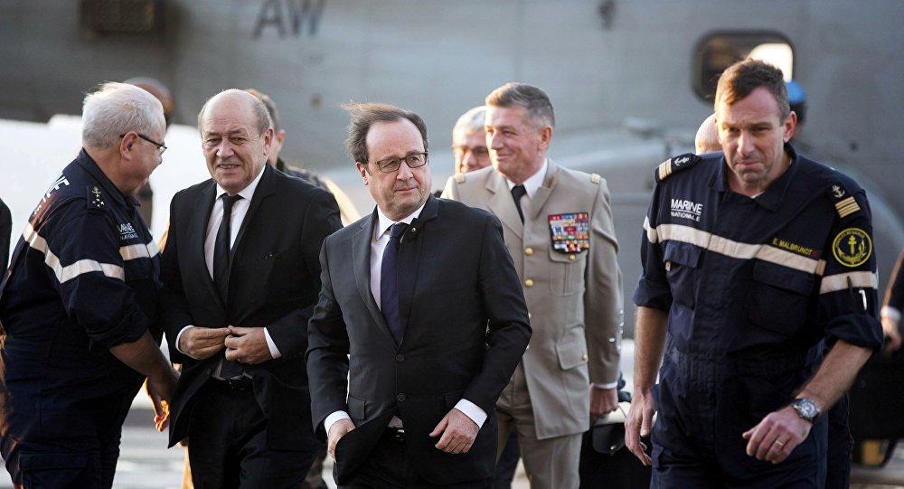 François Hollande, presidente da França, e Jean-Yves Le Drian, ministro da Defesa da França, no porta-aviões Charles de Gaulle