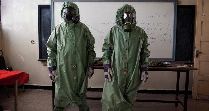 Voluntários vestem fatos de proteção durante treinamentos para responder a ataques químicos, Aleppo, Síria