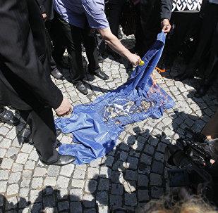 Manifestantes queimam a bandeira da OTAN durante protesto em Belgrado, Sérvia (imagem do arquivo)