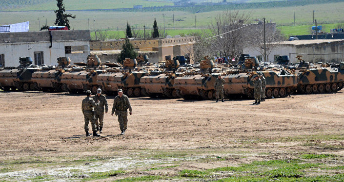 Militares e tanques do Exército da Turquia perto da fronteira com a Síria (arquivo)