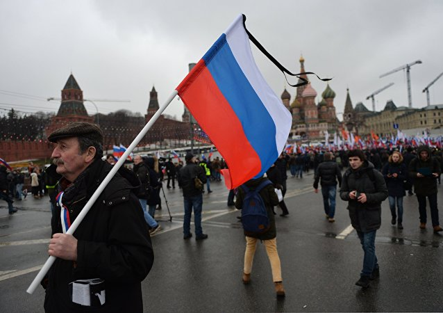 Marcha fúnebre em memória do político de oposição Nemtsov
