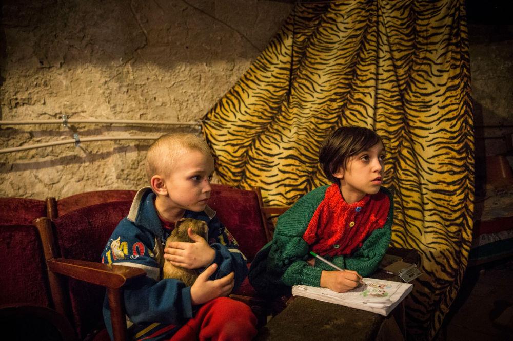 Crianças num abrigo em Donetsk