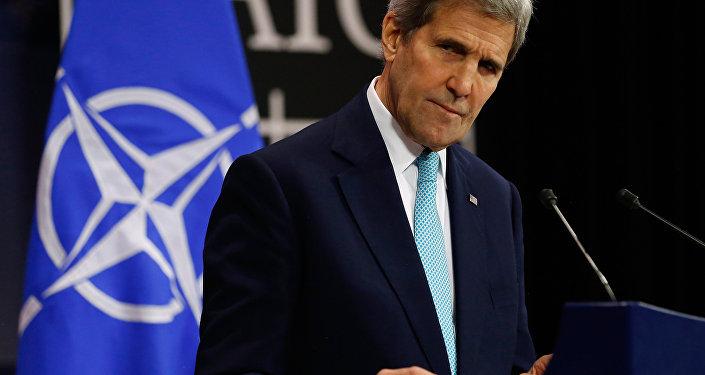 Secretário de Estado norte-americano John Kerry durante a conferência de imprensa sobre a reunião da OTAN, Bruxelas, 2 de dezembro de 2015