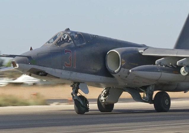 Bombardeiros russos Su-24 e Su-25 embarcam em novas missões contra Daesh na Síria