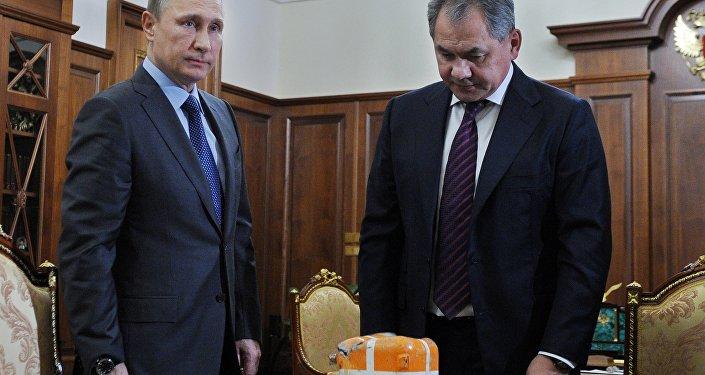 Ministro da Defesa russo, Sergei Shoigu mostra a Vladimir Putin o gravador de voo do Su-24 derrubado na Síria