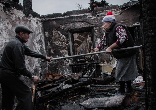 Moradores de uma casa destruída em Donetsk, na Ucrânia