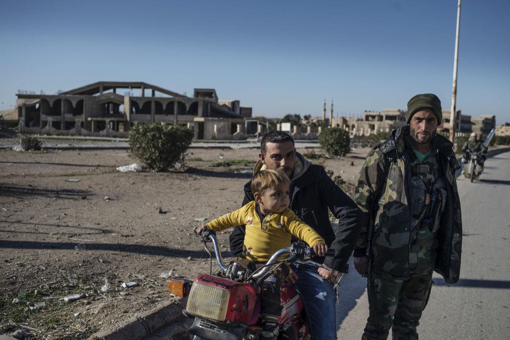 Moradores de um vilarejo cristão no nordeste da Síria