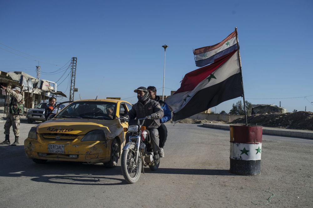 Moradores de um vilarejo cristão destruído pelo Daesh no nordeste da Síria